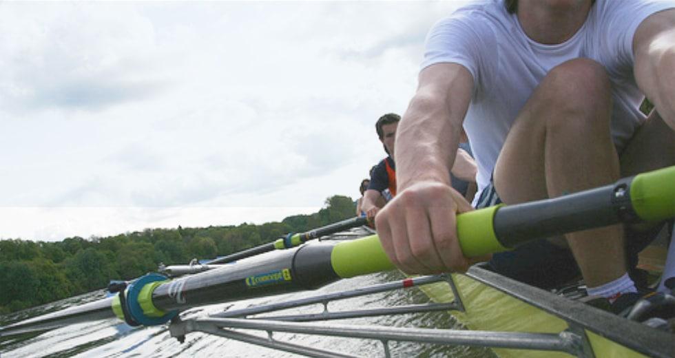 gros plan sur des mains d'hommes pratiquant l'aviron sur le lac d'Enghien