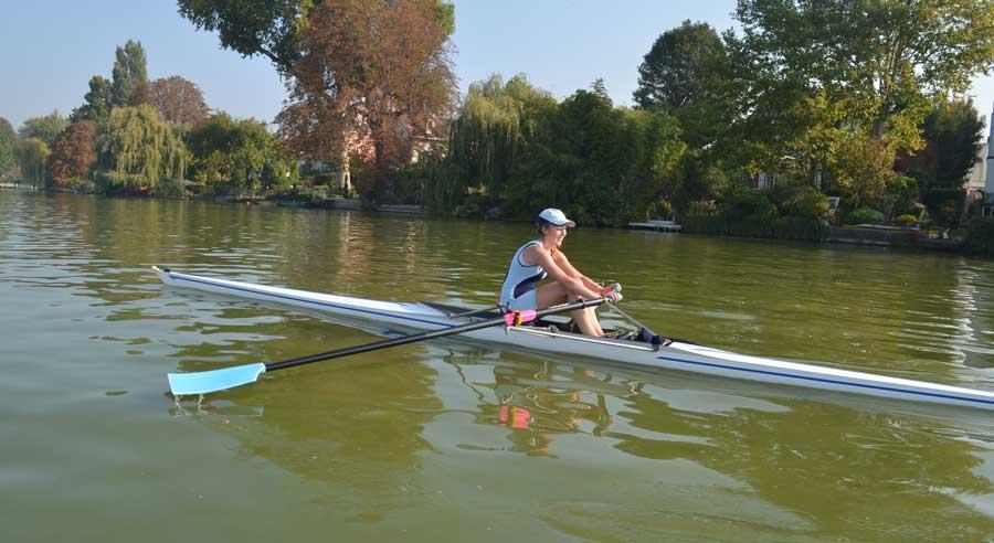 jeune femme pratiquant l'aviron sur le lac d'Enghien